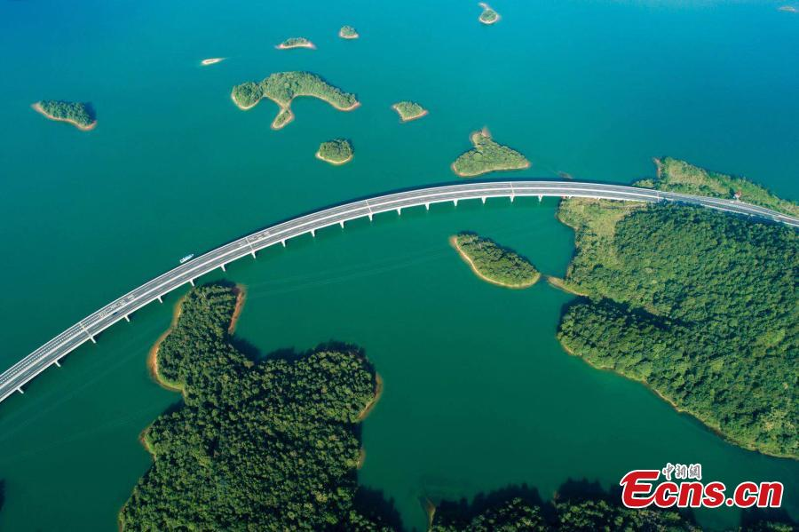 An aerial view of an expressway over a lake in Lushan Xihai, a scenic spot in East China's Jiangxi Province, July 17, 2018. Lushan Xihai is known for the beautiful scenery and natural environment, including 1,667 islands and a water area of 308 square kilometers. (Photo: China News Service/Fu Jianbin)