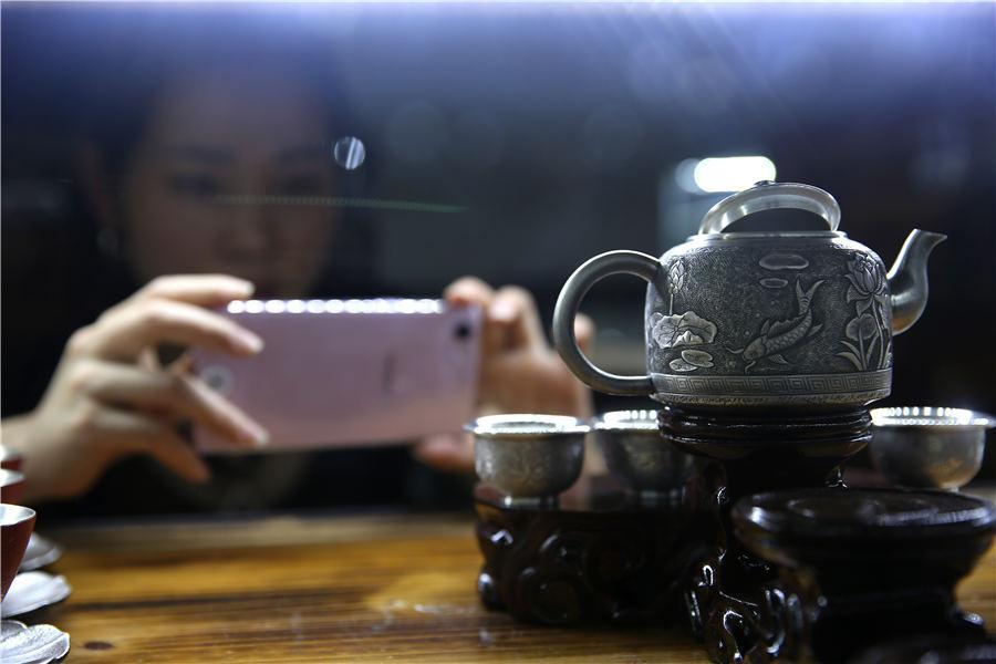 A set of silver tea wares displayed at Wang\'s shop, July 12, 2018. (Photo//Asianewsphoto)