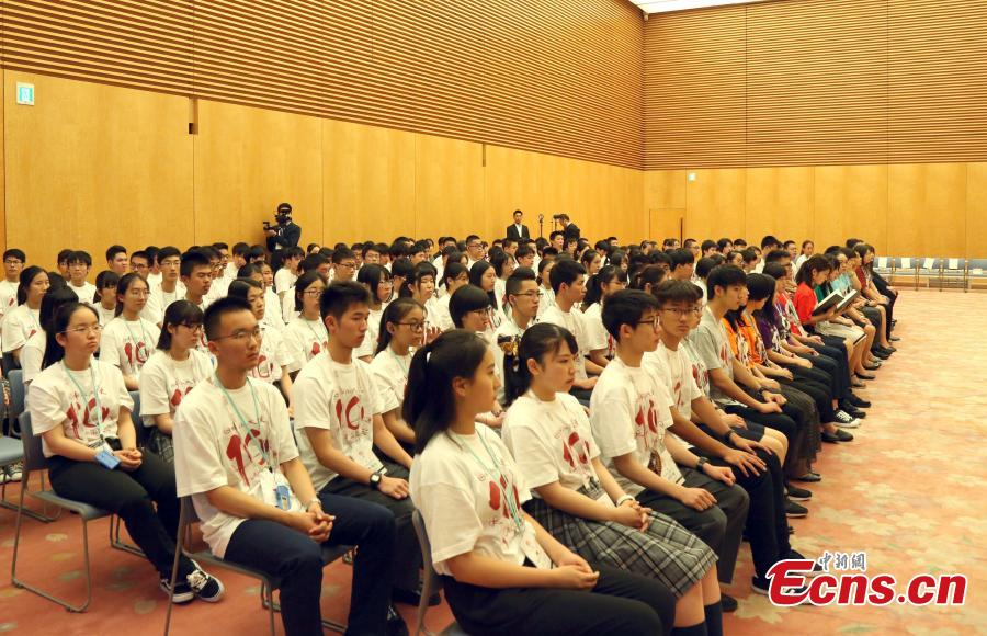 Chinese and Japanese youths, members of an exchange delegation, listen as Japanese Prime Minister Shinzo Abe delivers a speech in Tokyo, Japan, July 17, 2018. Abe said he hopes that young people in both countries will become the bridge deepening friendship between Japan and China. (Photo: China News Service/Lyu Shaowei)