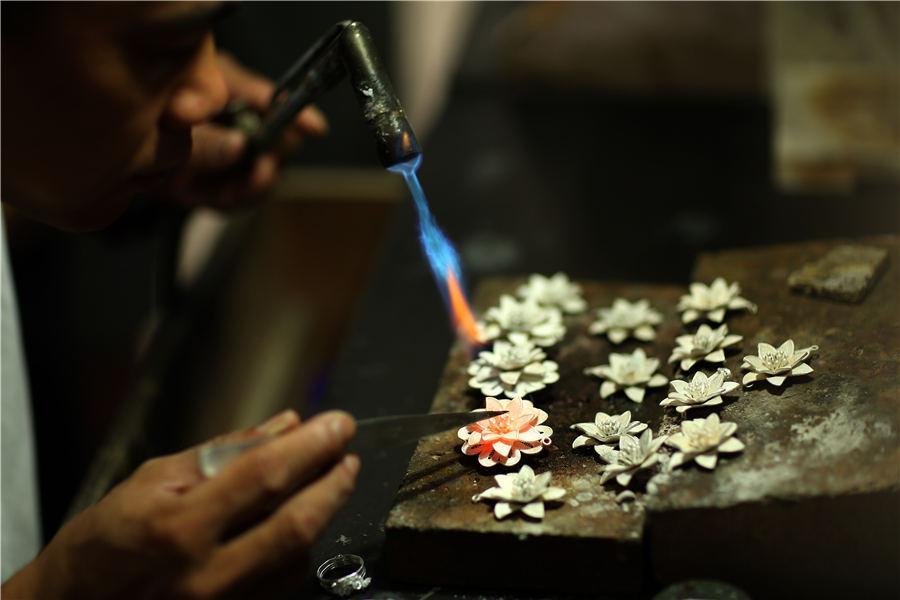 Wang\'s patented silverware welding technique, July 12, 2018. (Photo//Asianewsphoto)