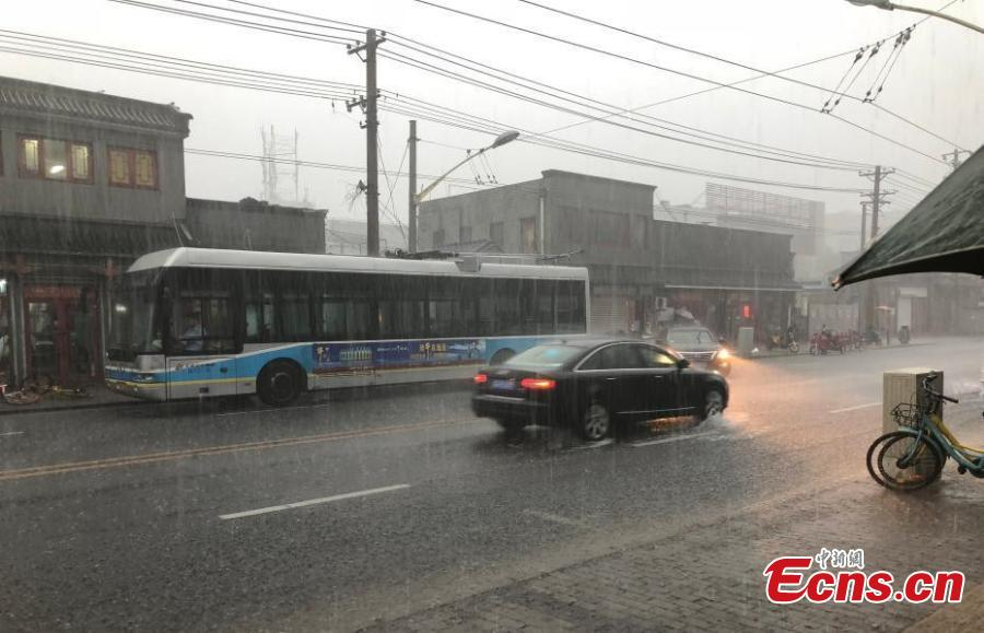Vehicles drive during a downpour in Xicheng district of Beijing, on July 17, 2018. Areas of Beijing saw flooding after several days of rain. (Photo: China News Service/ Zhang Kaixin)