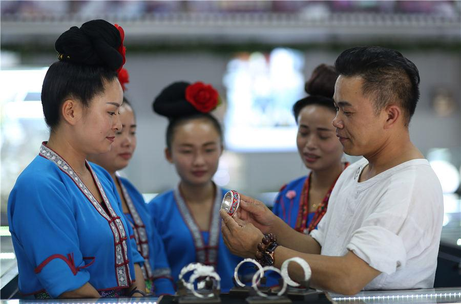 Wang trains the saleswomen at his store, July 12, 2018. (Photo//Asianewsphoto)