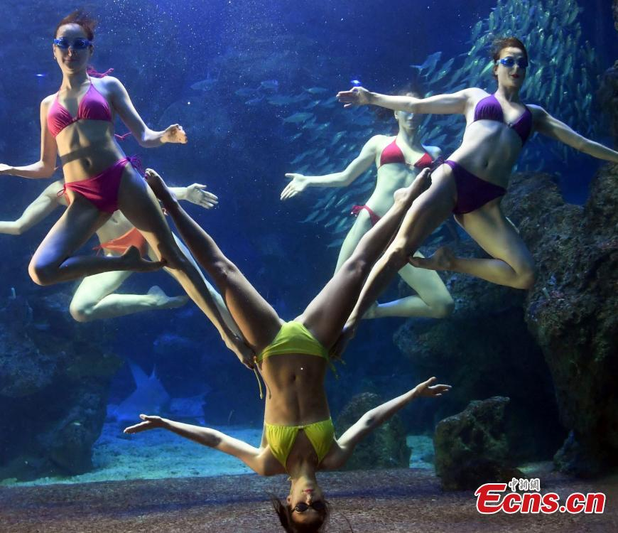 Members of the Water Ballet Troupe of the Russian Far East Olympics Center performs in Fuzhou, East China's Fujian Province, July 17, 2018. (Photo: China News Service/Liu Kegeng)