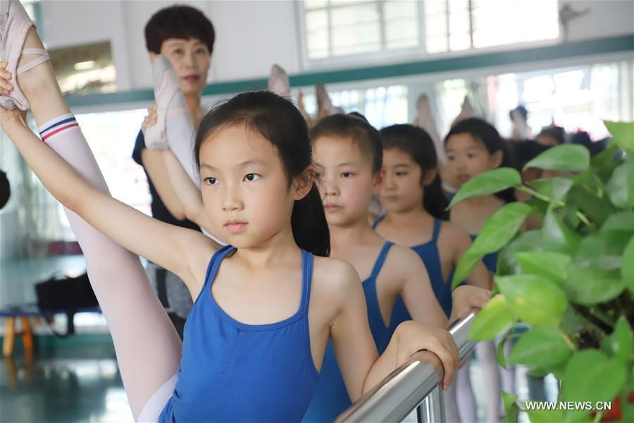 Students attend a dancing class in Kongtong District of Pingliang City, northwest China\'s Gansu Province, July 18, 2018. Chinese students have entered their summer vacation, during which many of them chose to spend the vacation by developing their hobbies. (Xinhua/Wu Xihui)