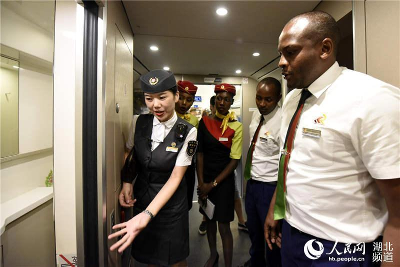 Introducing the facilities by the train conductor (Photo/hb.people.cn)
