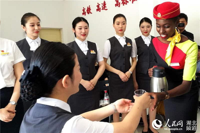 Practice of the service skills (Photo/hb.people.cn)