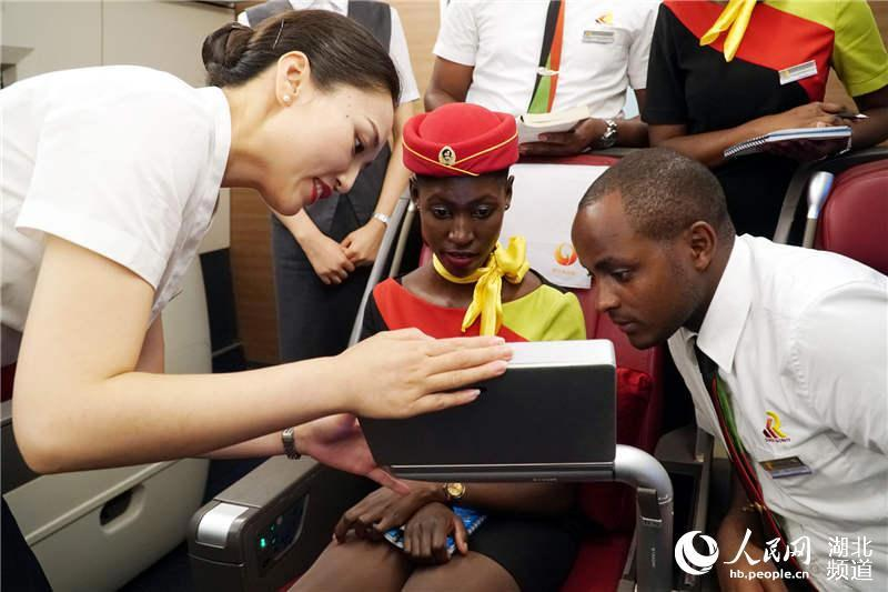 Demonstrating equipment usage in the business class (Photo/hb.people.cn)