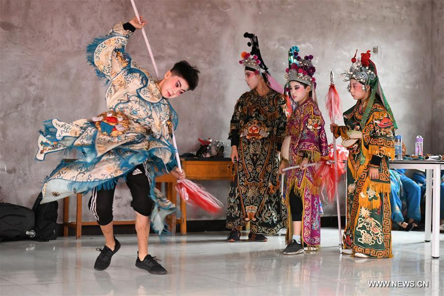 Students from a primary school practice opera movements in Shijiazhuang, north China\'s Hebei Province, July 18, 2018. Chinese students have entered their summer vacation, during which many of them chose to spend the vacation by developing their hobbies. (Xinhua/Chen Qibao)
