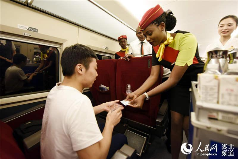 Checking train tickets (Photo/hb.people.cn)