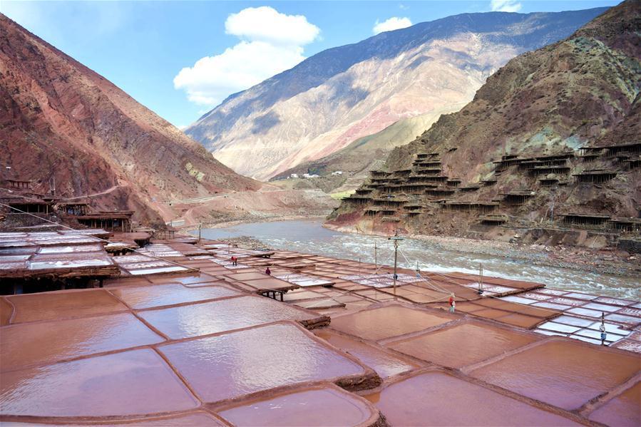 Photo taken on March 11, 2018 shows salt fields in Mangkam County of Qamdo City, southwest China\'s Tibet Autonomous Region. (Xinhua/Jigme Dorje)
