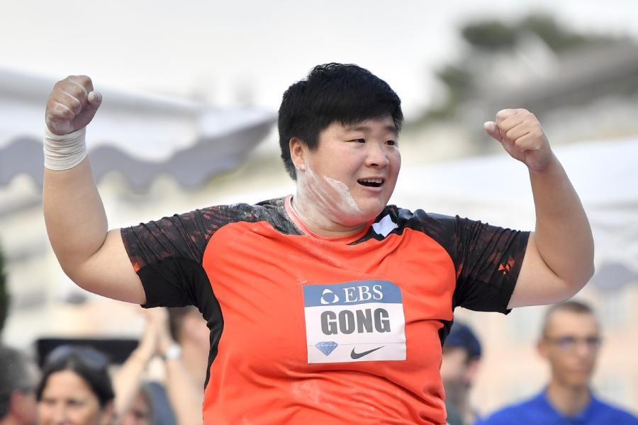 Gong Lijiao celebrates her victory in the women\'s shot put at the IAAF Diamond League Monaco meeting on July 19, 2018. (Photo/Xinhua)