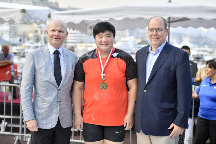 Gong Lijiao and Prince Albert II of Monaco (right) pose for a photo after the IAAF Diamond League Monaco meeting on July 19, 2018. (Photo/Xinhua)