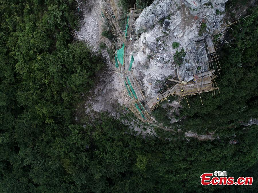 A renovation project is underway to reinforce a 100-meter-high cliff on Malu Mountain in Liuzhou City, South China's Guangxi Zhuang Autonomous Region, July 19, 2018. Liuzhou, known for its karst formations, allocates funds each year to check and reduce the risks of potential landslides that might threaten local residents. (Photo: China News Service/Wang Yizhao)