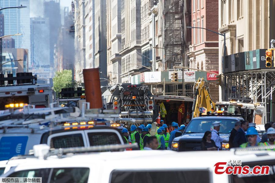Rescuers work at the site after a steam pipe exploded in Manhattan\'s Flatiron District, New York City, U.S., July 19, 2018. Five minor injuries have been reported, according to the New York City Fire Department. The incident prompted the evacuation of 28 buildings and warnings of possible asbestos risk. (Photo: China News Service/Liao Pan)