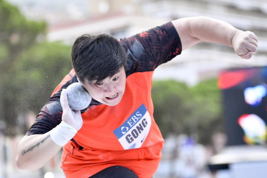 Gong Lijiao in action during the IAAF Diamond League Monaco meeting on July 19, 2018. (Photo/Xinhua)  China\'s Gong Lijiao displayed her consistency into the 2018 season with her victory in the women\'s shot put at the IAAF Diamond League Monaco meeting on Thursday, while the men\'s shot put title went to Olympic champion Ryan Crouser of the United States.  Defending world champion Gong won the title last Sunday at the Athletics World Cup in London, and established a world-leading 20.38m in June.