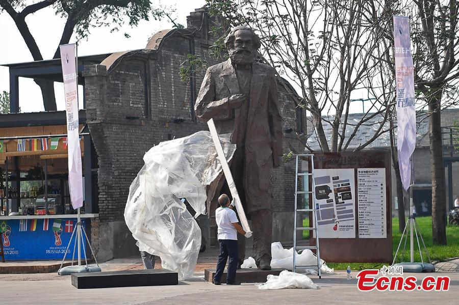 A sculpture of Karl Marx by artist Wu Weishan is prepared for an international sculpture festival in Pingyao County, North China's Shanxi Province. More than 40 artists brought their sculpture works to the festival in the ancient town.(Photo: China News Service/Wei Liang)