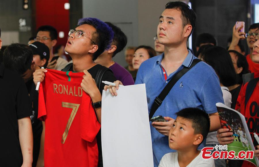 Fans wait to greet Portuguese professional footballer Cristiano Ronaldo during a commercial activity in Beijing, July 19, 2018. (Photo: China News Service/Jia Tianyong)