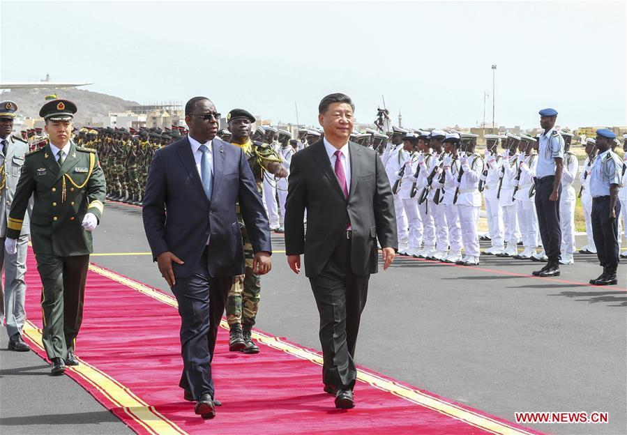 Chinese President Xi Jinping, accompanied by Senegalese President Macky Sall, inspects the guard of honor at the airport in Dakar, Senegal, July 21, 2018. Xi arrived here Saturday for a state visit to Senegal. Sall held a grand welcome ceremony in Xi\'s honor. (Xinhua/Xie Huanchi)