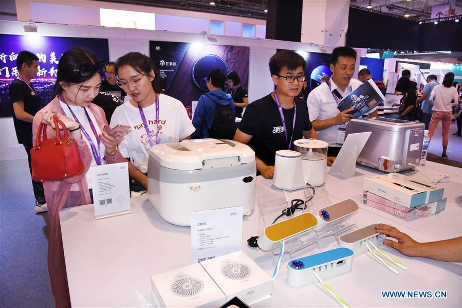 Visitors look at home appliances during the 2018 China International Consumer Electronics Show in Qingdao, east China\'s Shandong Province, July 21, 2018. The four-day electronics show kicked off on Friday. (Xinhua/Li Ziheng)