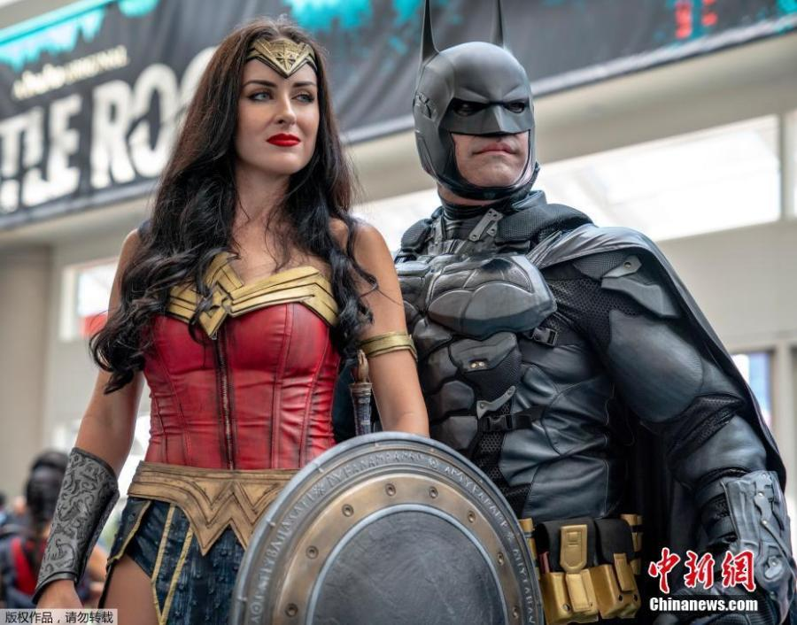 Jessica Davis and Armando Abarca from Los Angeles dressed as Wonder Woman and Batman pose on day one of Comic-Con International in San Diego, California, U.S., July 19, 2018. (Photo/Agencies)