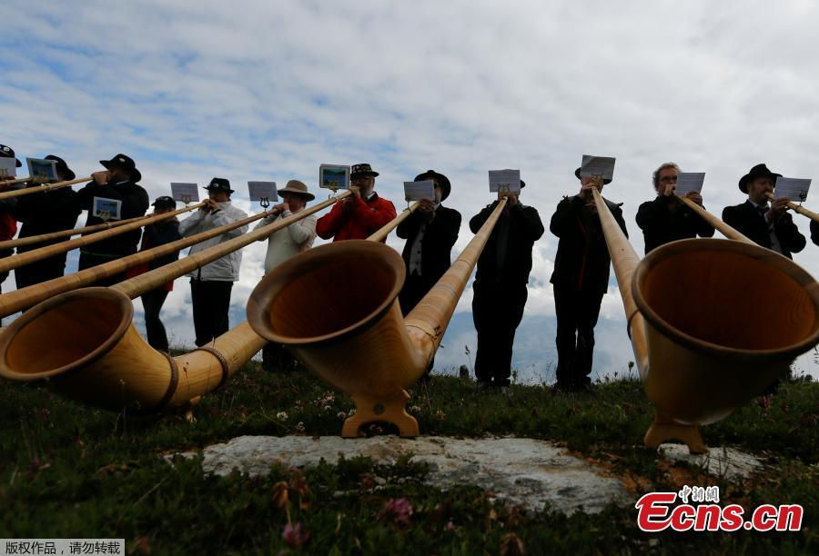 Alphorn blowers perform an ensemble piece on the last day of the Alphorn International Festival on the alp of Tracouet in Nendaz, southern Switzerland, July 22, 2018. The soft sounds of hundreds of wooden Swiss alpine horns filled the valley below Switzerland's Mount Tracouet on Sunday, as the world's largest festival of its kind concluded after three days. (Photo/Agencies)