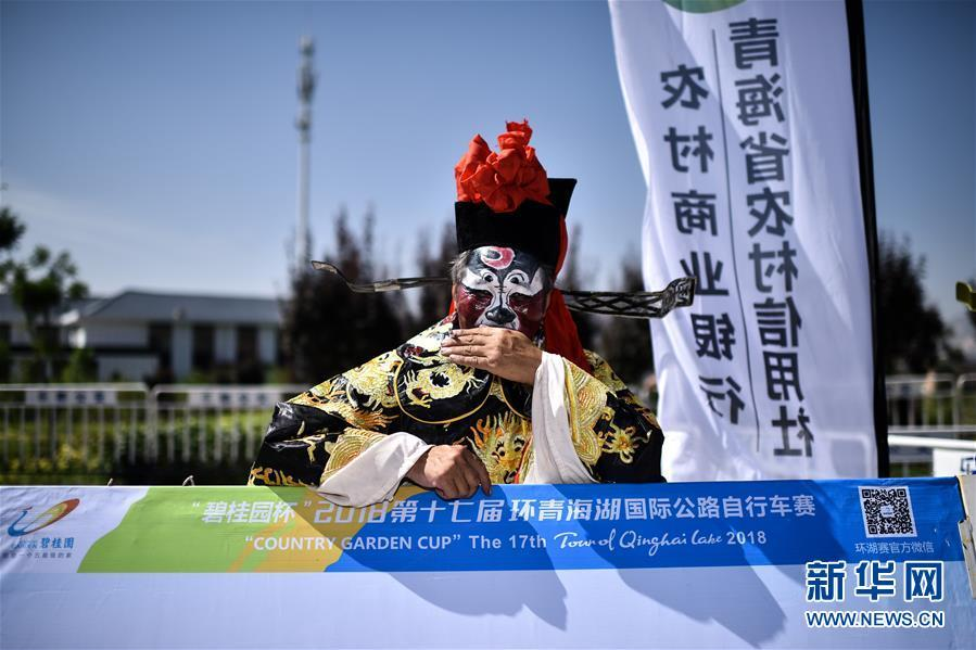 A man in costume waits for the Tour of Qinghai Lake cycling competition to start in Xining, Northwest China\'s Qinghai Province, July 22, 2018. (Photo/Xinhua)