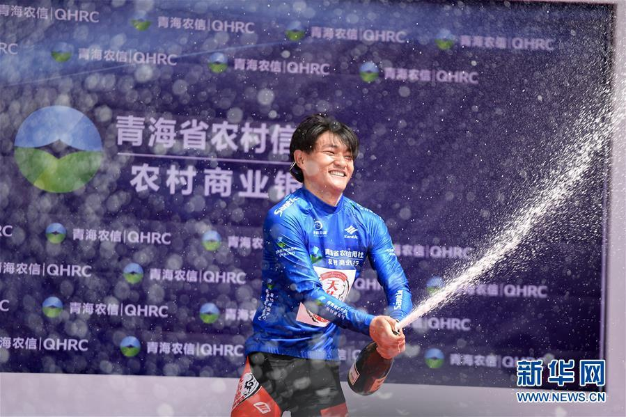 Li Zisen of China\'s Qinghai Tianyoude Cycling Team (TYD) was presented with the blue jersey that represents the best Asian rider, in Xining, Northwest China\'s Qinghai Province, July 22, 2018. (Photo/Xinhua)
