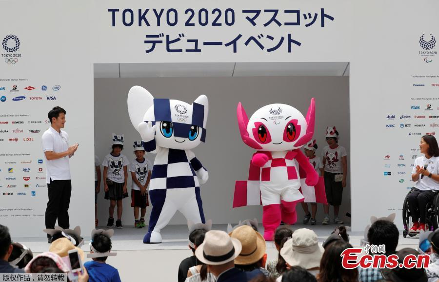 Japan\'s Olympic swimmer Daiya Seto and Japan\'s Paralympic canoeist Monika Seryu look on as Tokyo 2020 Olympic Games mascot Miraitowa and Paralympic mascot Someity arrive on stage during the mascots\' debut in Tokyo, Japan, July 22, 2018. (Photo/Agencies)