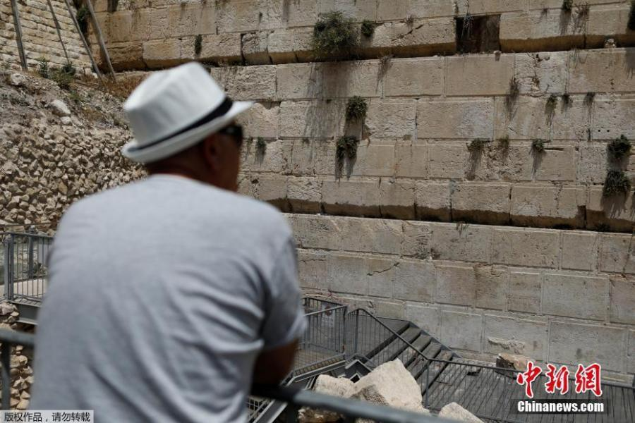 A stone that fell off the Western Wall in Jerusalem can be seen near the wall in Jerusalem\'s Old City, July 23, 2018. An elderly worshipper had a close call on Monday when a 100-kg stone suddenly fell from Jerusalem\'s Western Wall and crashed at her feet. (Photo/Agencies)