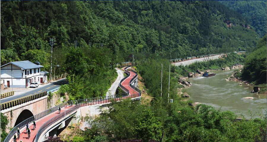 Chishui Valley tourism highway located in Southwest China\'s Guizhou Province is the first tourism highway in China. Here at the beautiful highway, visitors can drive along the Chishui river and watch the rugged red landscape of Mount Danxia. (Photo/chinadaily.com.cn)
