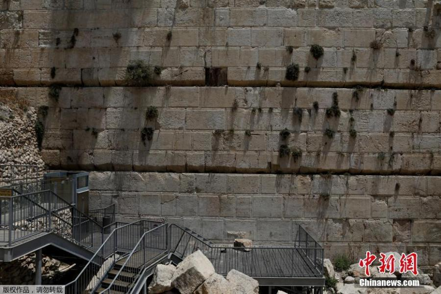 A man looks at a stone that fell off the Western Wall in Jerusalem\'s Old City, July 23, 2018. An elderly worshipper had a close call on Monday when a 100-kg stone suddenly fell from Jerusalem\'s Western Wall and crashed at her feet. (Photo/Agencies)
