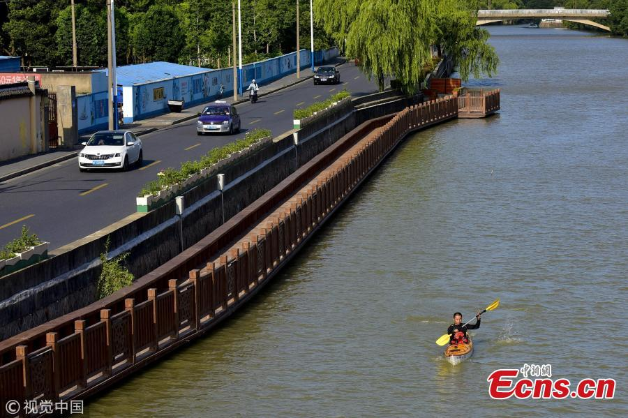 Sports teacher Sun Hua, 34, kayaks to and from a middle school in Jiaxing City, East China's Zhejiang Province. It usually takes him 25 minutes to complete his three-kilometer journey by water. (Photo/VCG)