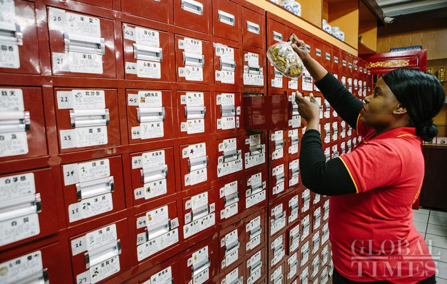 A continuous stream of visitors are seen paying a visit to a clinic of Beijing Tong Ren Tang Group Co Ltd at Pretoria in South Africa to seek Traditional Chinese medicine (TCM) treatments on Tuesday. More and more local people in South Africa are willing to try TCM treatments including acupuncture, massage and Chinese herbal medicine, as TCM are getting more and more popular in the area and has been legally accepted by the government. (Photos: Li Hao/GT)