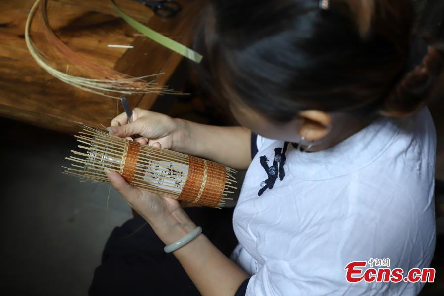 An apprentice learns about bamboo weaving in Datong Ancient Town in Chishui City, Southwest China's Guizhou Province, July 24, 2018. The town has made efforts to creatively develop traditional handicrafts including bamboo weaving and oil-paper umbrella, which help lift locals out of poverty. (Photo: China News Service/Qu Honglun)