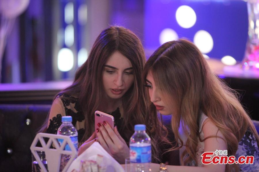 Women use their mobile phones at Luxury Time, the city\'s first women-only restaurant, in Erbil, Iraq July 17, 2018. (Photo/Agencies)