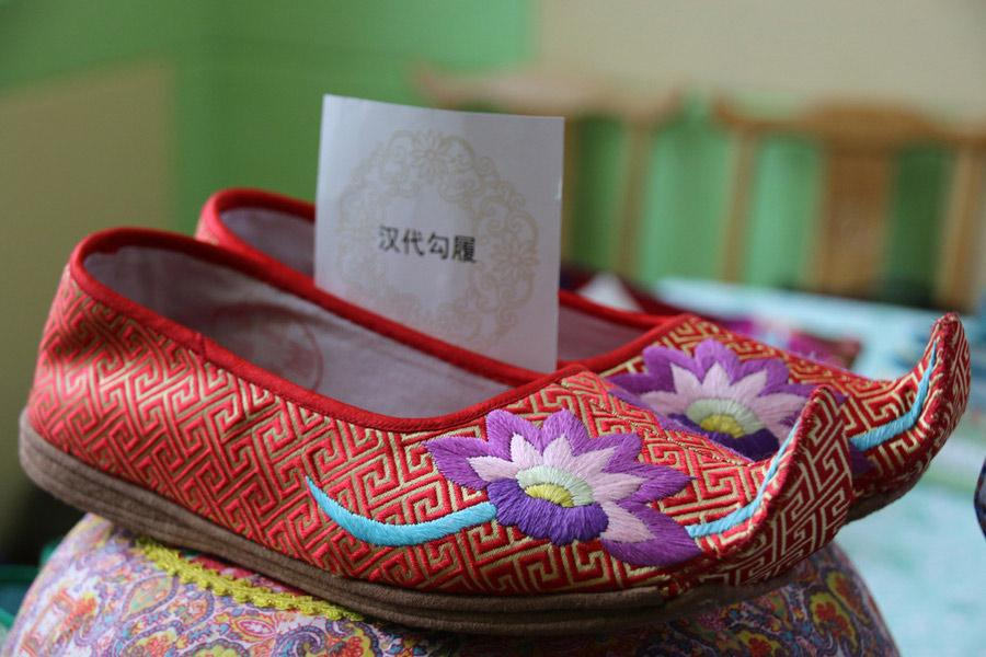 This pair of Chinese traditional handmade embroidered shoes by Wang Guanqin draws inspiration from the Han Dynasty (202 BC-AD 220), July 21, 2018. (Photo/chinadaily.com.cn)