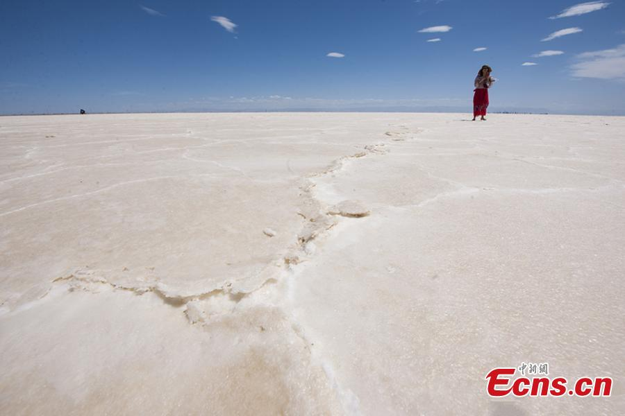 A view of the Qarhan salt lake in Golmud, Northwest China\'s Qinghai Province, July 25, 2018. The Qarhan salt lake, with a total area of 5,856 square kilometers, is the largest salt lake in China. The lake\'s abundant deposit of halide salts makes it a major mineral center. In the vast lake, the salt blossoms like flowers and takes the form of pillars, corals and pearls. (Photo: China News Service/Fu Yu).