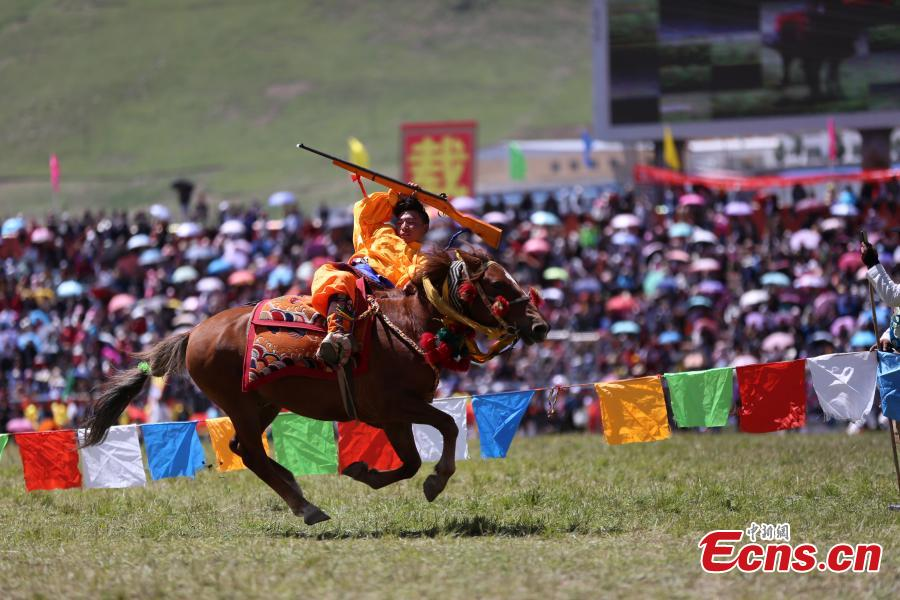 An annual horse racing festival starts in Yushu, Northwest China's Qinghai Province, July 25, 2018 with stunts performed in the opening ceremony. (Photo: China News Service/Luo Yunpeng)
