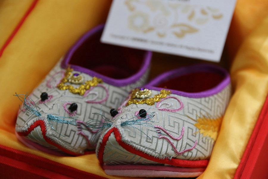 Chinese zodiac embroidered shoes by Wang Guanqin reflect the sign of the rat, July 21, 2018. (Photo/chinadaily.com.cn)