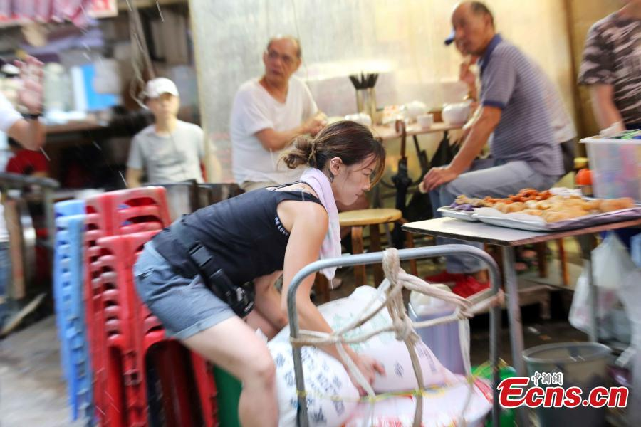 Zhu delivers goods for a restaurant in Yuk Wah Street, Hong Kong. (Photo: China News Service/Hong Shaokui)