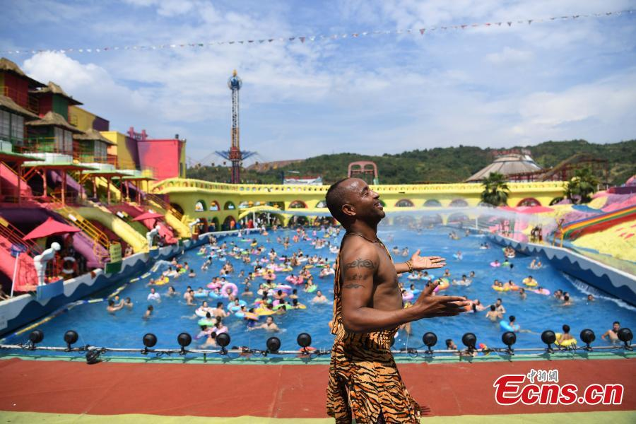Sami of Ethiopia performs in the Foreigners Street theme park in Southwest China's Chongqing Municipality, July 26, 2018. Sami, 28, has worked in Chongqing for nearly 11 years, mainly as a performer to entertain tourists. Sami said he struggled to cope with the sweltering hot days in Chongqing this summer and his employer has allowed him a 25-day off for the high temperatures. (Photo: China News Service/Chen Chao)