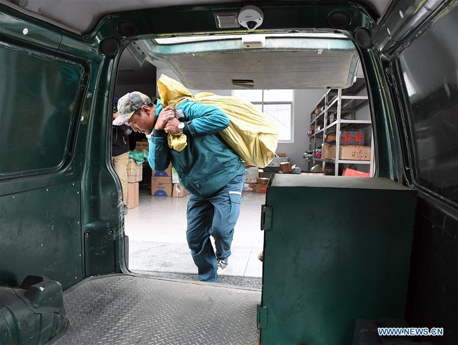 Postal courier Cering Quba loads mails and packages onto a postal van in Nagarze County in Shannan, southwest China\'s Tibet Autonomous Region, July 23, 2018. In Pumaqantang Township, the highest township in China, working as a postal service staff means delivering mails to addresses at altitudes of 5,000 meters and above. Gesang Cering, 29, is a motorbike courier with the local township branch of China Post. Twice a week, Gesang calls on the plateau villages under the township on a 160-km route, coping with extreme oxygen and temperature conditions. Despite its harsh geography, Tibet Autonomous Region has substantially improved the local postal service over the four decades since China\'s reform and opening up. By the end of 2017, the postal road network had managed to cover all towns and counties within the autonomous region. (Xinhua/Li He)