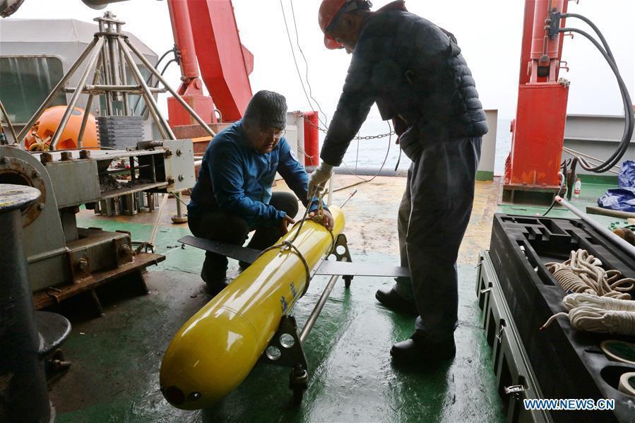 Scientists set the underwater glider \