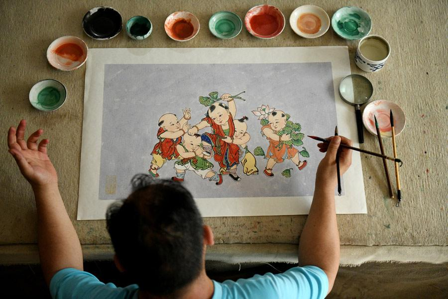 Yao Shulong draws a traditional Chinese New Year painting using mural techniques in his studio on July 24, 2018. (Photo/Xinhua)  Folk painter Yao Shulong was taken by his father to Pilu Temple in North China\'s Hebei Province at age 6, and ever since then he has built a special connection with murals in the temple.  In 2006, he began to make replicas of the murals on paper. After 10 years of practicing line drawing, coloring and powdering, he has managed to make life-size replicas of the murals spanning more than 200 square meters on paper.  Through exhibitions and lecture tours in colleges over the past two years, Yao has promoted traditional murals to wider public audiences.
