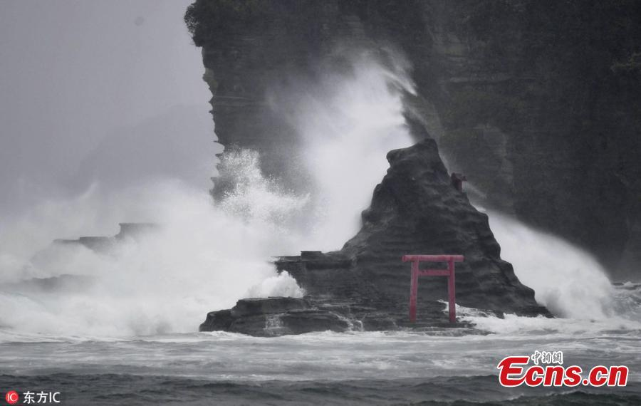 High waves triggered by Typhoon Jongdari crash against the coast of the city of Katsuura in Chiba Prefecture, east of Tokyo, on July 28, 2018. (Photo/IC)