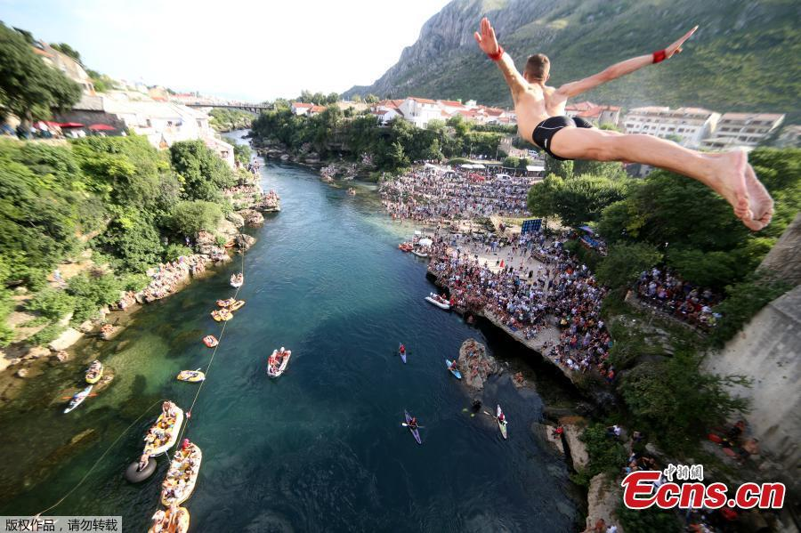 A man jumps from the Old Bridge during the 452nd traditional diving competition in Mostar, Bosnia and Herzegovina, July 29, 2018. (Photo/Agencies)