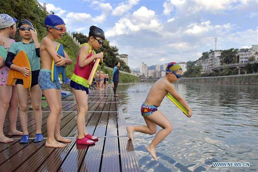 Children learn swimming in Xuan\'en County, central China\'s Hubei Province, July 28, 2018. Children take part in various classes and activities to enrich their summer vacation life. (Xinhua/Song Wen)
