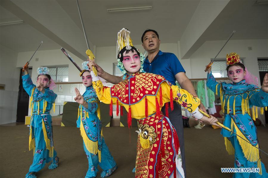 <?php echo strip_tags(addslashes(Children learn Peking opera in Xichang primary school in Chengdong Township of Nantong, east China's Jiangsu Province, July 28, 2018. Children take part in various classes and activities to enrich their summer vacation life. (Xinhua/Xu Jinbai))) ?>