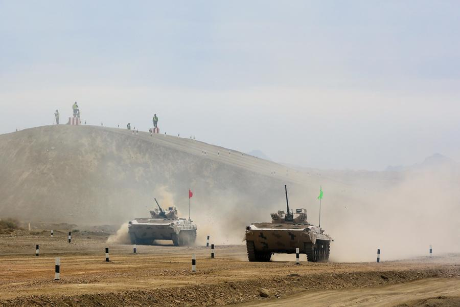 Infantry fighting vehicles of the People\'s Liberation Army participate in the Suvorov Attack race during the International Army Games 2018 in Korla, Xinjiang Uygur autonomous region on Monday.(Photo/China Daily)
