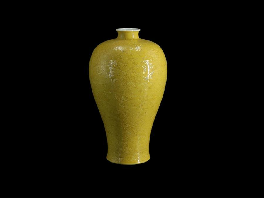 A Qing Dynasty (1644-1961) bottle with a deep yellow glaze is on display at the Guangdong Museum, July 29, 2018. A total of 68 sets of sing-color glazed porcelains are being showcased at the place through Aug 22, narrating China\'s rich porcelain culture during the centuries spanned by the Song, Yuan, Ming and Qing dynasties (960-1911). (Photo/Official Weibo account of Guangdong Museum)